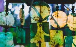 Стеклянные перезвоны ветра накаляя в выравниваясь свете стоковая фотография rf