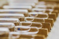 Стеклянные пробирки или ампулы медицины Впрыски лекарств, вакцины Медицинские стеклянные бутылки с жидкостью Стоковое Изображение RF