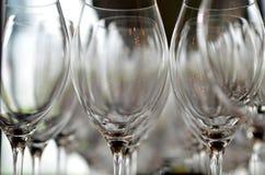 Стеклянные стекла для вина стоя на таблице Стоковые Изображения