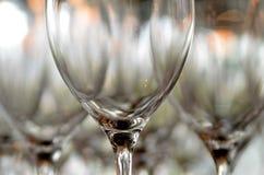 Стеклянные стекла для вина стоя на таблице Стоковая Фотография RF