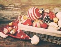 Стеклянные украшения рождественской елки в корзине Стоковое Изображение