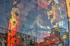 Стеклянные фасад и художественное произведение стоковые фотографии rf