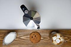 Стеклянные чашка кофе, кофеварка и десерт над взглядом стоковое фото rf
