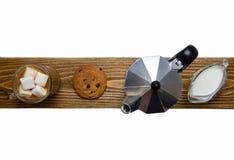 Стеклянные чашка кофе, кофеварка и десерт над взглядом стоковое изображение rf