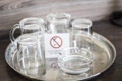 Стеклянные чашки с плитой для некурящих Стекла в украинской гостинице мертвое для некурящих Стоковая Фотография