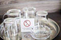 Стеклянные чашки с плитой для некурящих Стекла в украинской гостинице мертвое для некурящих Стоковое Изображение RF