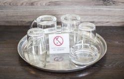 Стеклянные чашки с плитой для некурящих Стекла в украинской гостинице мертвое для некурящих Стоковая Фотография RF