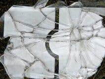 Стеклянные черепки на земле стоковые изображения rf