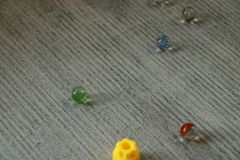 Стеклянные шарики разбросанные на том основании стоковая фотография