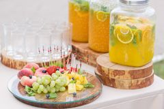 Стеклянный банк лимонада с отрезанными цитрусовыми фруктами на таблице шведского стола Партия лета внешняя Вытрезвитель Стоковые Изображения RF