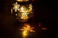 Стеклянный держатель для свечи с графиками рождества рождества в форме стекла стоковые фотографии rf