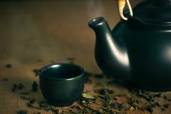 Стеклянный и керамический чайник с высушенными листьями чая Стоковое Фото