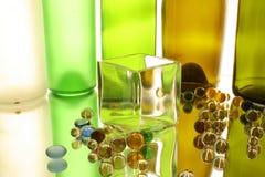 Стеклянный кубик и стеклянные шарики Стоковые Фотографии RF