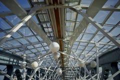 Стеклянный купол с поддержками металла Современный дизайн моста Стоковая Фотография