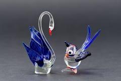 Стеклянный лебедь и малые орнаменты птицы, сделанные с ясным, голубым и красным стеклом Стоковая Фотография RF