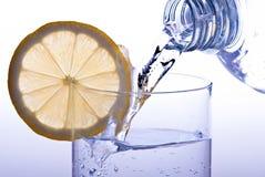 стеклянный лимон льет воду Стоковая Фотография