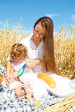 стеклянный лить мамы молока Стоковые Фотографии RF