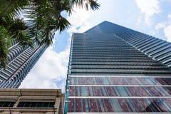 Стеклянный небоскреб здания с отражением Бизнес-центр внутри к центру города в Куалае-Лумпур Стоковое Фото