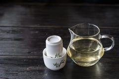 Стеклянный опарник горячего чая и комплект белых керамических чашек Стоковая Фотография