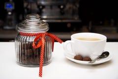 Стеклянный опарник с печеньями и чашкой кофе стоковое изображение