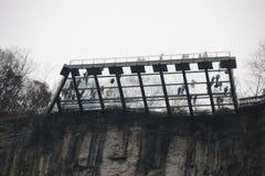 Стеклянный пол в Wulong Tiankeng 3 моста, Чунцин, Китай Стоковые Фото