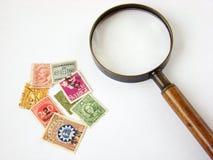 стеклянный увеличивая мир штемпелей почтоваи оплата Стоковое Изображение