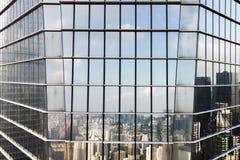 Стеклянный фасад и отражение горизонта современного города стоковое фото rf