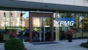 Стеклянный фасад современного офисного здания с логотипом KPMG Редакционный перевод 3D стоковое изображение