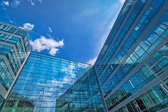 стеклянный фасад с отражением облаков стоковое фото rf