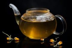 Стеклянный чайник с чаем и паром Стоковое Фото