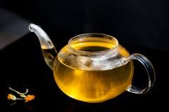 Стеклянный чайник с чаем и паром Стоковые Фото