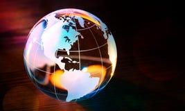 Стеклянный шарик глобуса в световых лучах на предпосылке Стоковое фото RF