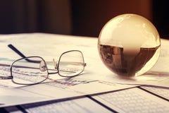 Стеклянный шарик глобуса в световых лучах на предпосылке  Стоковые Фотографии RF