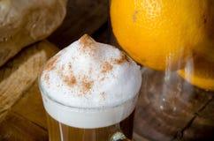 Стеклянный latte с пеной стоковые фотографии rf