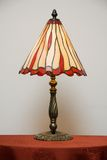 стеклянным таблица запятнанная светильником Стоковое Изображение