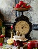 2 стеклянных опарника с домодельным законсервированным вареньем клубники, мармеладом, студнем на деревенской деревянной серой таб стоковая фотография