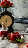 2 стеклянных опарника с домодельным законсервированным вареньем клубники, мармеладом, студнем на деревенской деревянной серой таб стоковая фотография rf