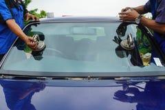 Стекольщик ремонтируя лобовое стекло починки великолепное сломанное, windscreen стоковые фото
