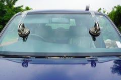 Стекольщик ремонтируя лобовое стекло починки великолепное сломанное, windscreen стоковая фотография