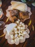 2 стекла белого вина с сыром и хлебом на таблице Стоковые Изображения RF