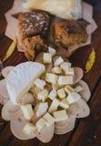 2 стекла белого вина с сыром и хлебом на таблице Стоковые Фото