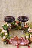 2 стекла вина, венка цветков и конца-вверх 2 сердец Стоковая Фотография