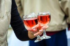 2 стекла вина в руке женщины Стоковое Изображение RF