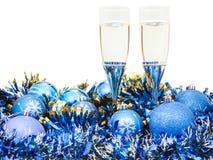 Стекла вина и голубых шариков и сусали Xmas Стоковые Изображения