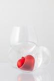 2 стекла вина и красного сердца Стоковые Фотографии RF