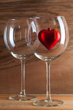 2 стекла вина и красного сердца Стоковая Фотография