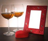 2 стекла вина, красного сердца и рамки фото Стоковое фото RF