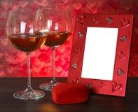 2 стекла вина, красного сердца и рамки фото Стоковая Фотография