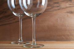 2 стекла вина на деревянной предпосылке Стоковое Фото