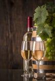 Стекла вина с бочонком и виноградинами бутылки Стоковая Фотография RF